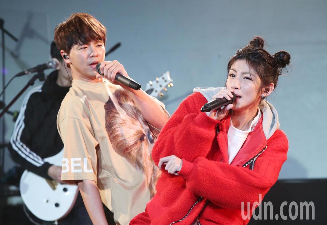 兩人演唱會彩排現場合唱《愛情恰恰》。記者徐兆玄/攝影