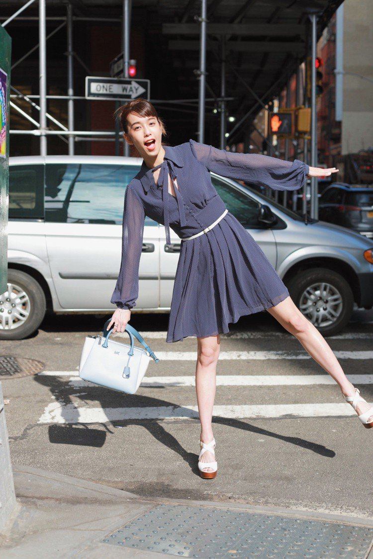 陳庭妮身穿MMK點點洋裝街拍。圖/MICHAEL KORS提供
