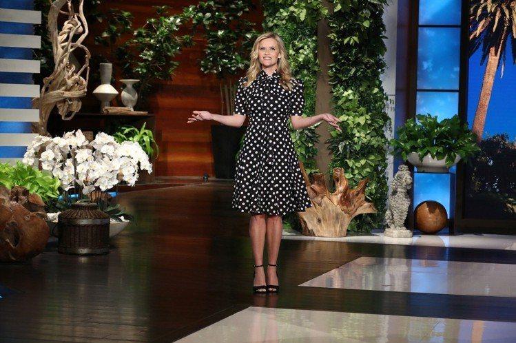瑞絲薇絲朋穿著MK Collection系列早秋洋裝上談話性節目。圖/MICHA...