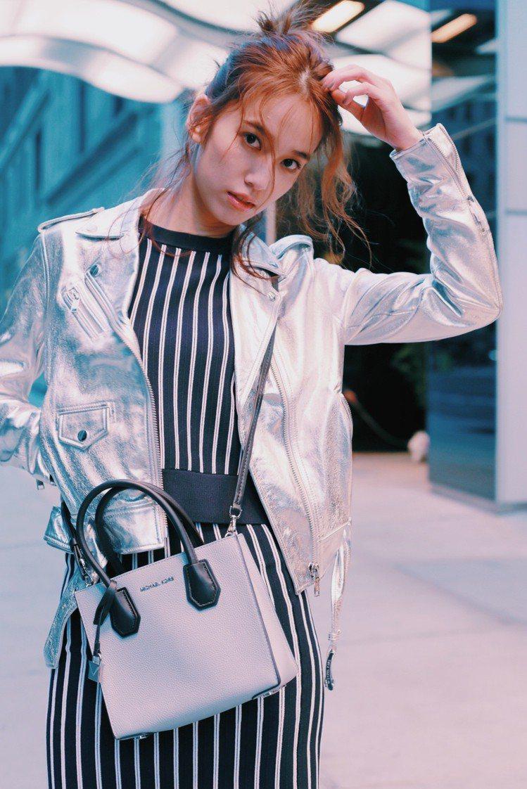 陳庭妮穿金屬銀機車夾克混搭復古粗條紋裙裝,斜背Mercer方型小包。圖/MICH...