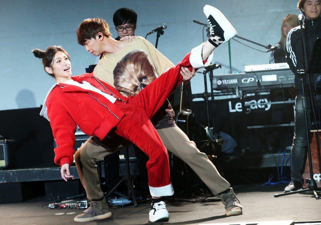 小鬼黃鴻升昨天在台北華山Legacy舉辦小型演唱會,邀請好友李千娜擔任演唱會嘉賓...