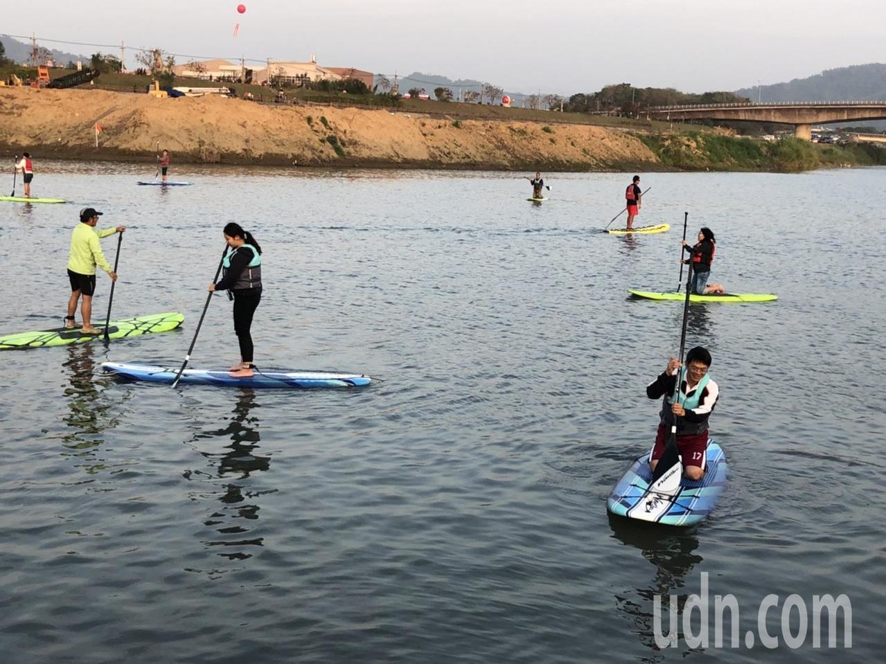 南投燈會今天在貓羅溪開放SUP立式划槳,吸引不少親子體驗操舟樂趣。記者江良誠/攝...