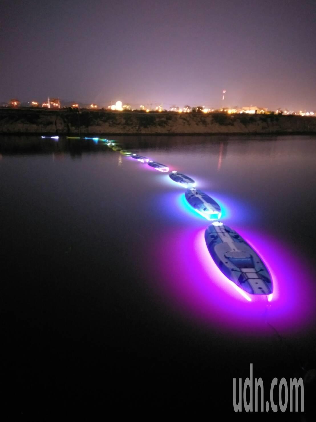 入夜後一艘艘浪板底下呈現七彩燈光,如同浪漫光舟,讓遊客大為驚艷。圖/南投縣政府提...
