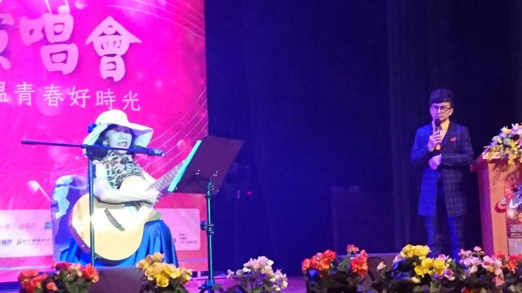 60年代以自彈自唱方式唱出多首民歌金曲的洪小喬(左)叮嚀照顧者,一定要照顧好自己...