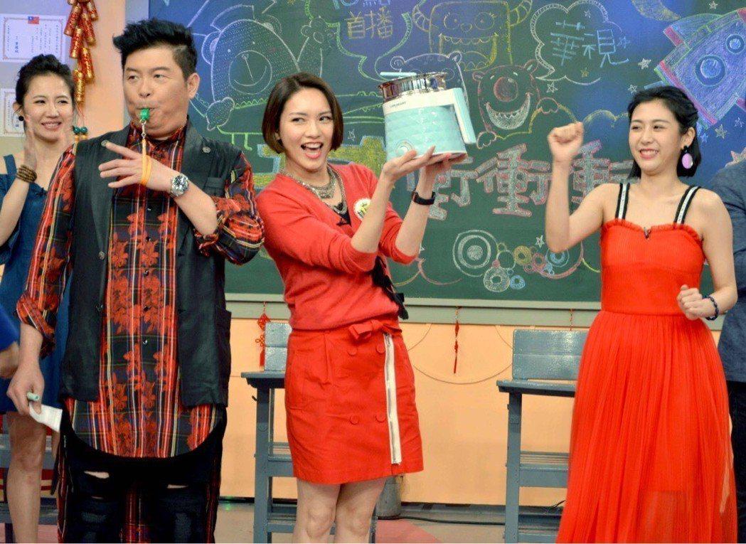林佳儀(中)久違在綜藝節目中露臉。圖/華視提供