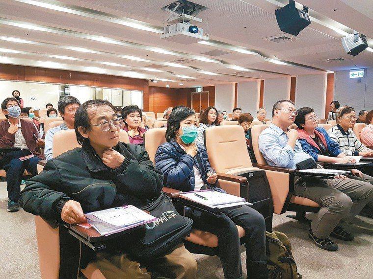經講者說明,聽眾摸索甲狀腺的位置。 記者修瑞瑩/攝影