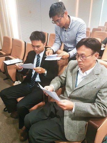 民眾提問踴躍,醫師温義煇(右)與陳擇穎忙著看提問單。 記者修瑞瑩/攝影