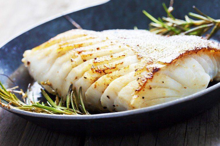 肉質細緻的魚例如鱈魚、比目魚,很容易黏鍋,改用琺瑯鍋煎較適合。 圖/元氣周報