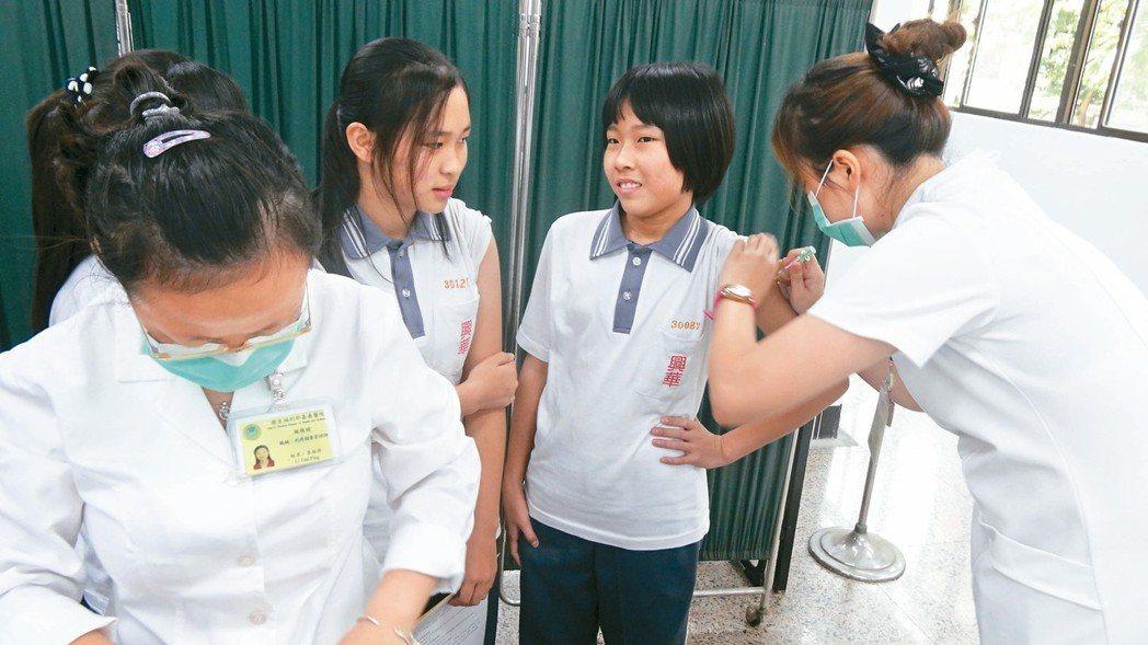 衛福部計畫十一月起針對國內約十萬多名國一女生施打子宮頸癌疫苗,盼降低子宮頸癌發生...