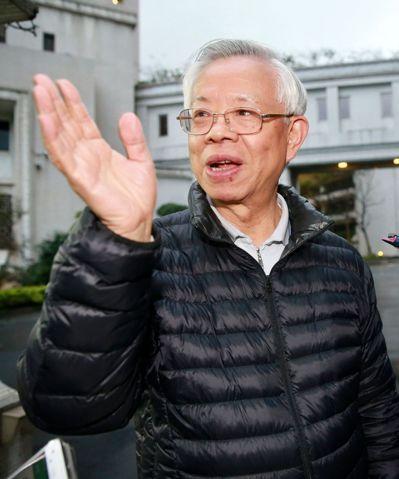 彭淮南擔任央行總裁的最後一天作息依舊,昨晚離開央行時,特地下車和記者握手致意,揮...