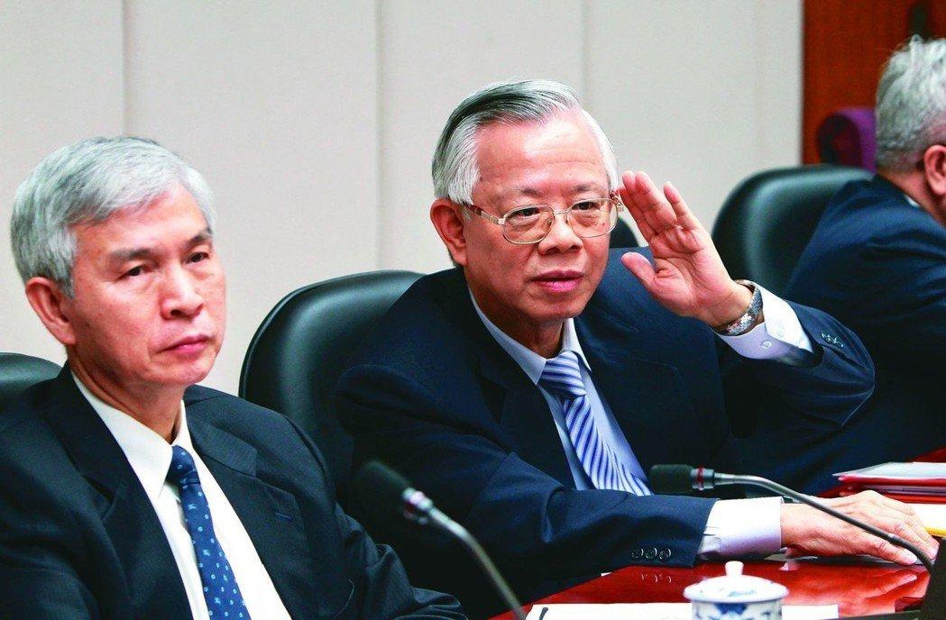 央行總裁彭淮南(右)退休,由楊金龍(左)接任,圖為兩人聯袂出席一項會議的畫面。 ...