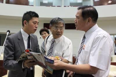 2014年新竹市泛綠分裂,林智堅(左)仍代表民進黨擊敗尋求連任的國民黨新竹市長許...