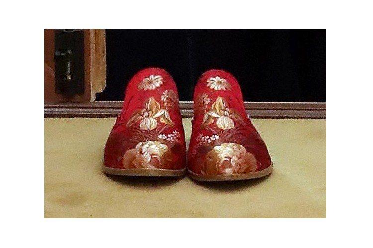 伊凡卡23日前往青瓦台赴宴,韓方為她準備了一雙漂亮的紅色繡花拖鞋。圖/歐新社