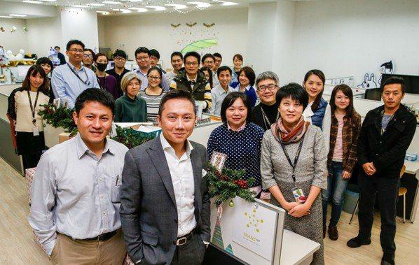 創星物聯總經理林俊彥與員工。 記者鄭超文/攝影