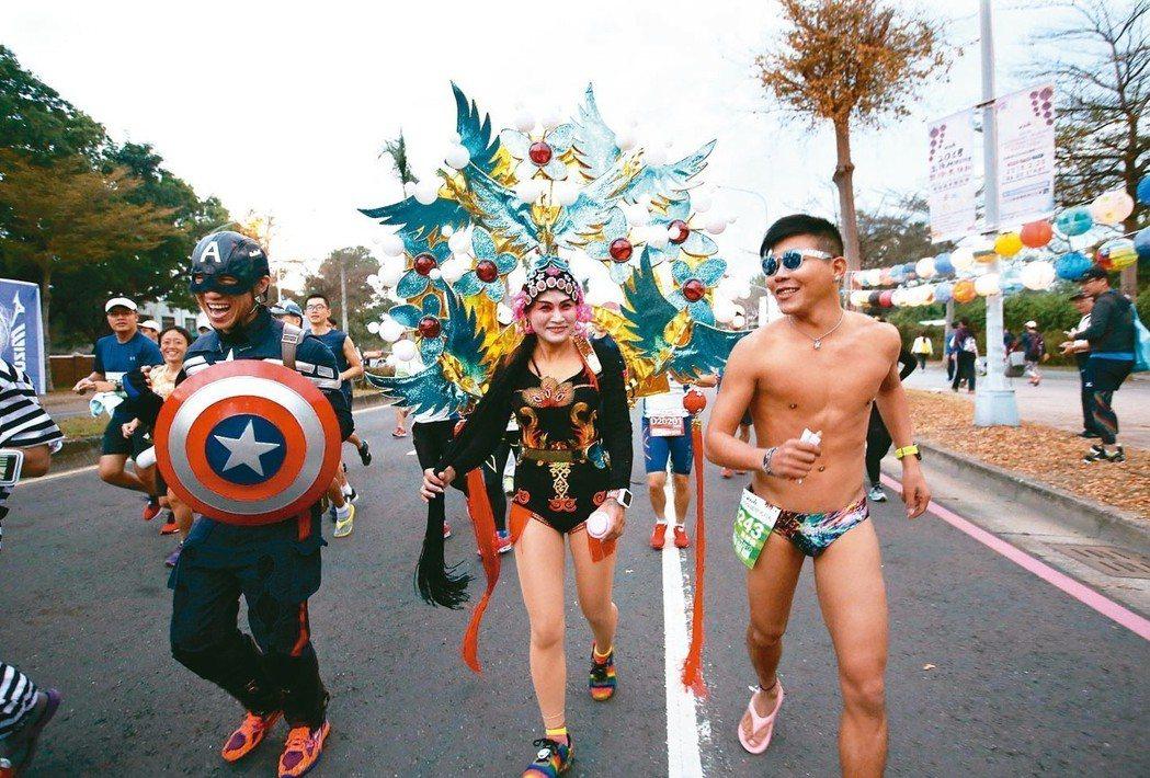 高雄國際馬拉松每年都有路跑者以創意造型現身,相當吸睛。 記者蔡容喬/攝影