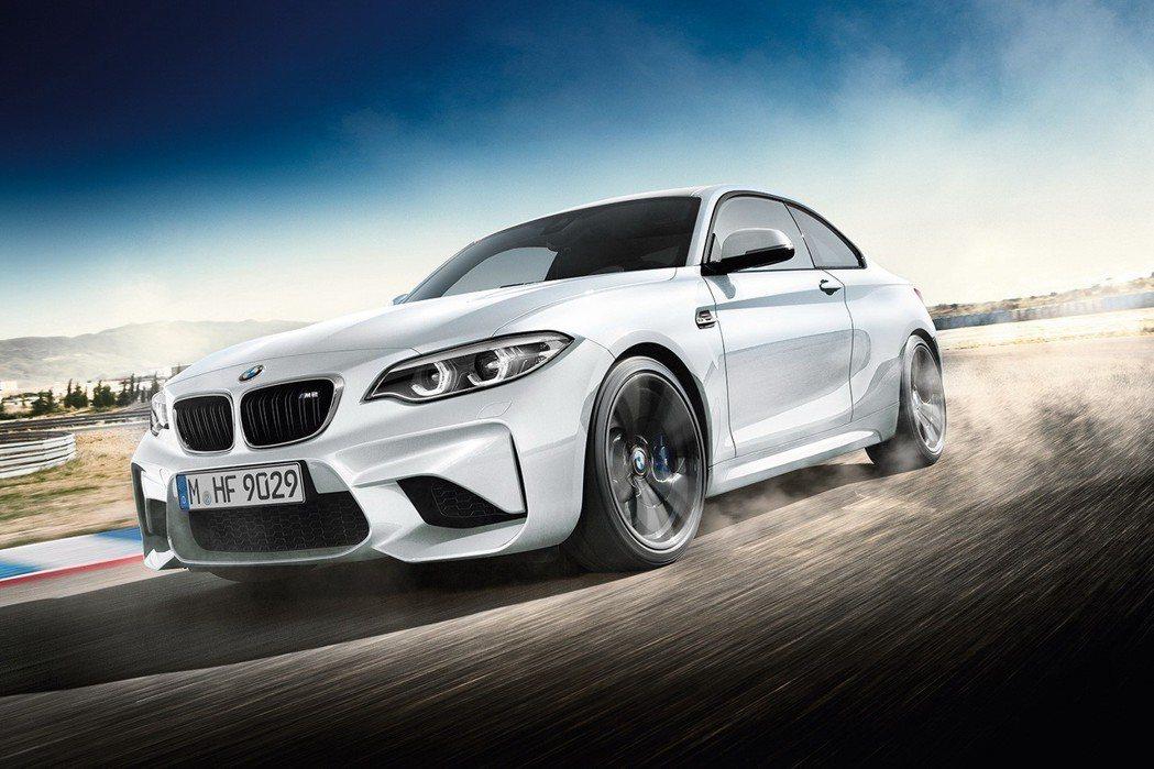 BMW M2雙門跑車優購專案,限量升級加裝M Performance排氣管套件。 圖/汎德提供