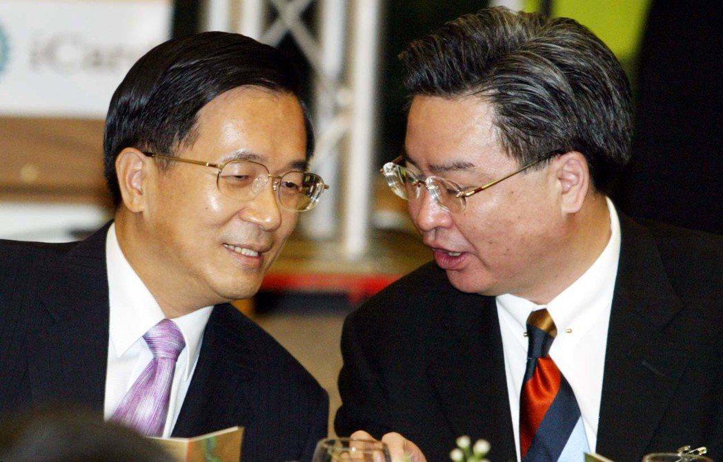 2004年陳水扁總統(左)出席台商協會秋節聯誼活動,與陸委會主委吳釗燮(右)低聲...