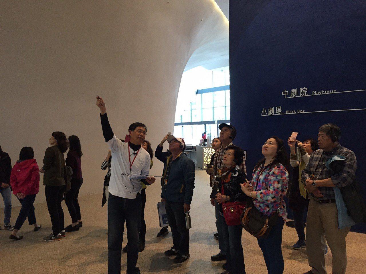 日籍建築師伊東豊雄設計的歌劇院,曲牆獨特造型,許多歐美、日本遊客慕名而來。圖/台...