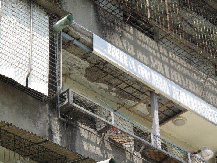 龜山區金山社區屬海砂屋,外牆與內部明顯鋼筋裸露,去年提出都更事業計畫草案。圖/桃...