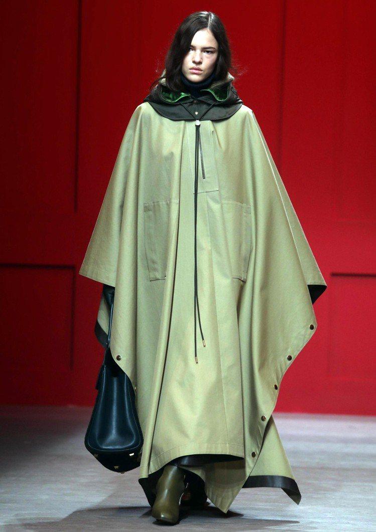 斗篷式的大衣是Ferragamo在秋冬系列中的重點元素。圖/美聯社