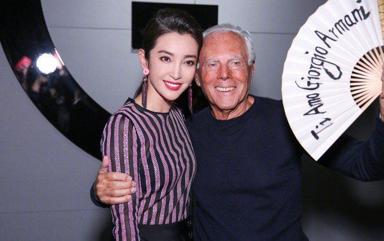 大陸女星李冰冰(左)在大秀謝幕後,致贈設計師一把寫有「我愛Giorgio Arm...