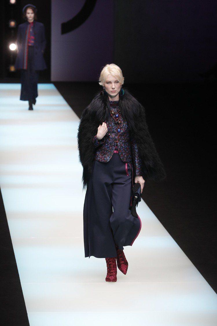 寬鬆的七分褲搭配精緻編織面料外套、皮草,還加上了中國風的珠飾,混搭不同風格讓Gi...