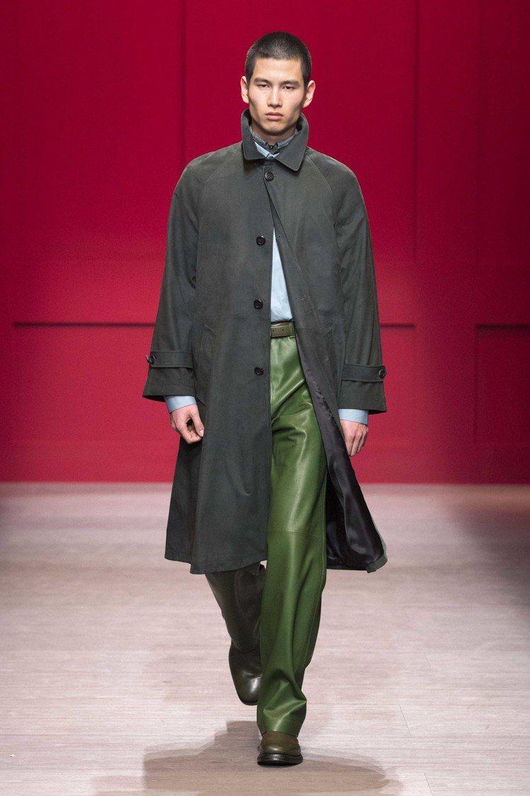Ferragamo男裝系列則呈現出實用主義,以創新的結構重新審視並修改了原有的作...