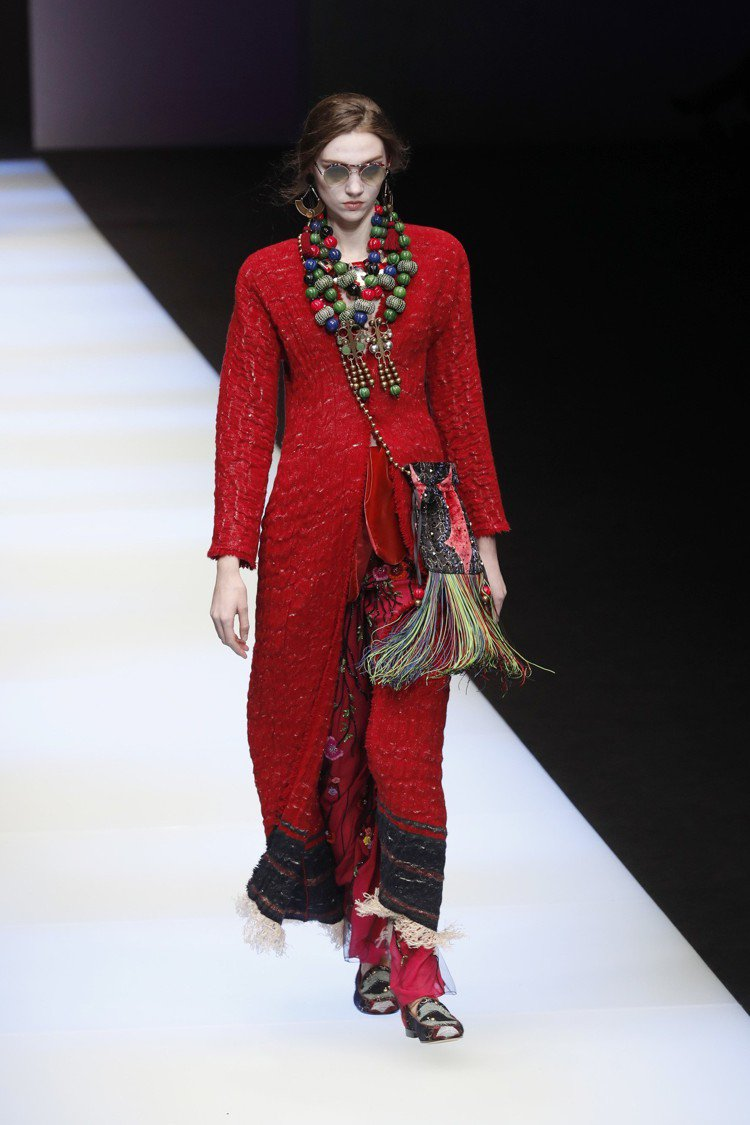 融合了像是印第安文化與西藏民族服飾的細節,再次展現了Giorgio Armani...