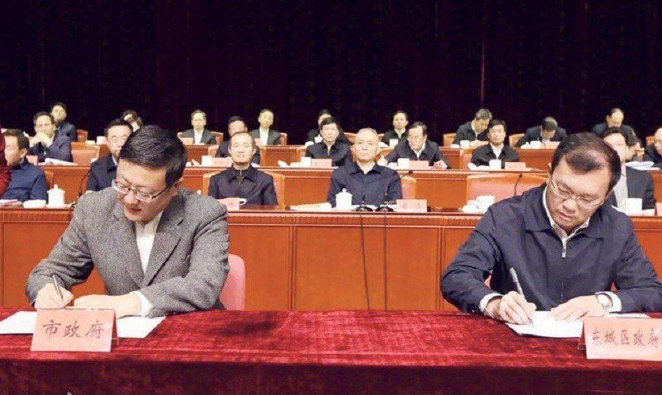 北京市長陳吉寧(左)與東城區區長李先忠(右)簽訂有關街巷整治的責任書,北京市委書...