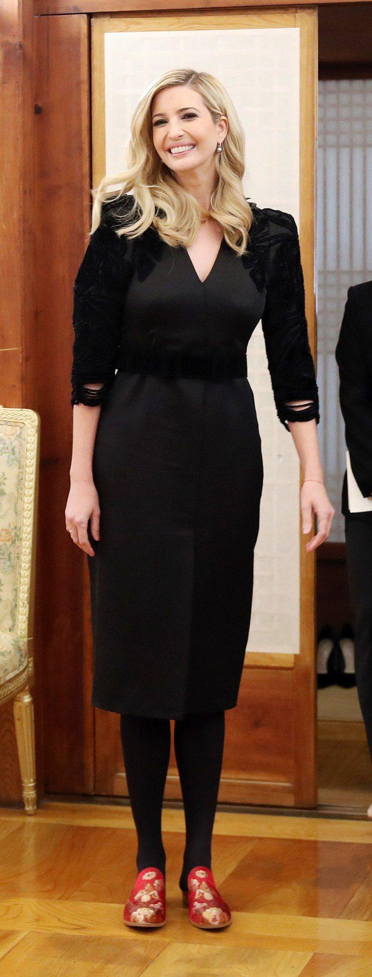 伊凡卡穿上韓方為她準備的漂亮紅色繡花拖鞋,顯得很開心。圖/歐新社