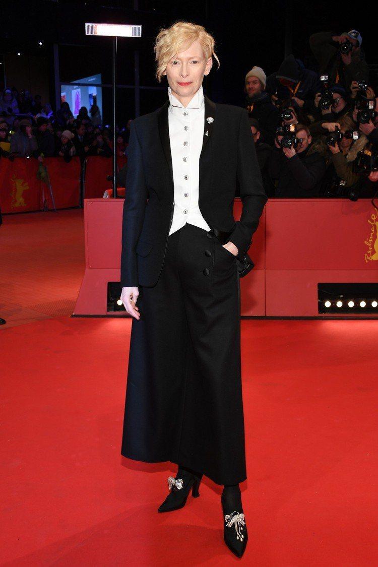 蒂妲史雲頓選穿香奈兒2018 Paris-Hamburg工坊系列黑色西裝外套搭配...