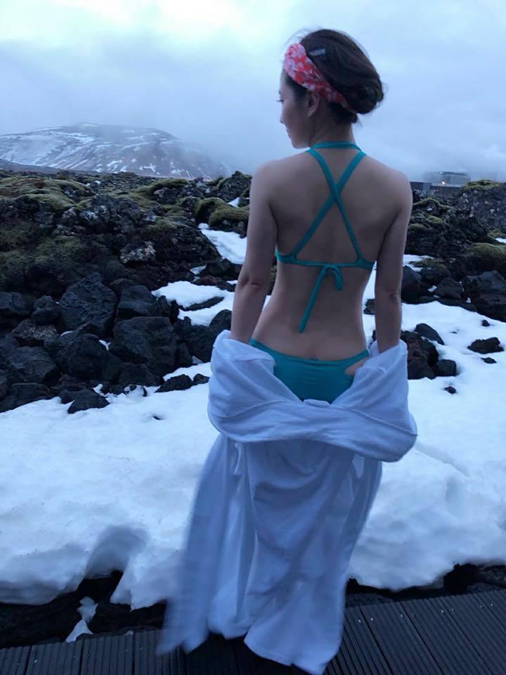 謝忻在冰天雪地裡只穿比基尼,露出好身材。圖/摘自謝忻臉書
