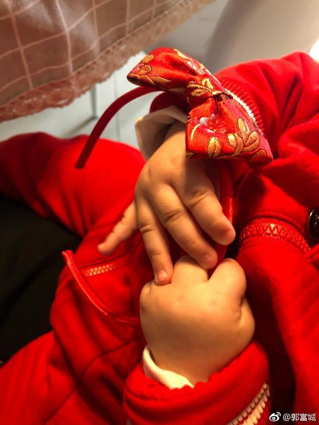 郭富城在微博曬出女兒可愛小手。圖/摘自微博