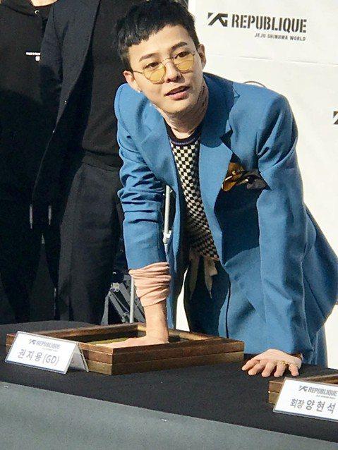 BIGBANG隊長G-Dragon當兵倒數計時,27日就要去報效國家。他這幾天忙著籌備濟州神話世界裡的咖啡廳,今天出席開幕,一頭清爽的短髮搭配上藍色西裝,有些害羞的笑容迷倒大批女粉絲。GD親自策劃的...