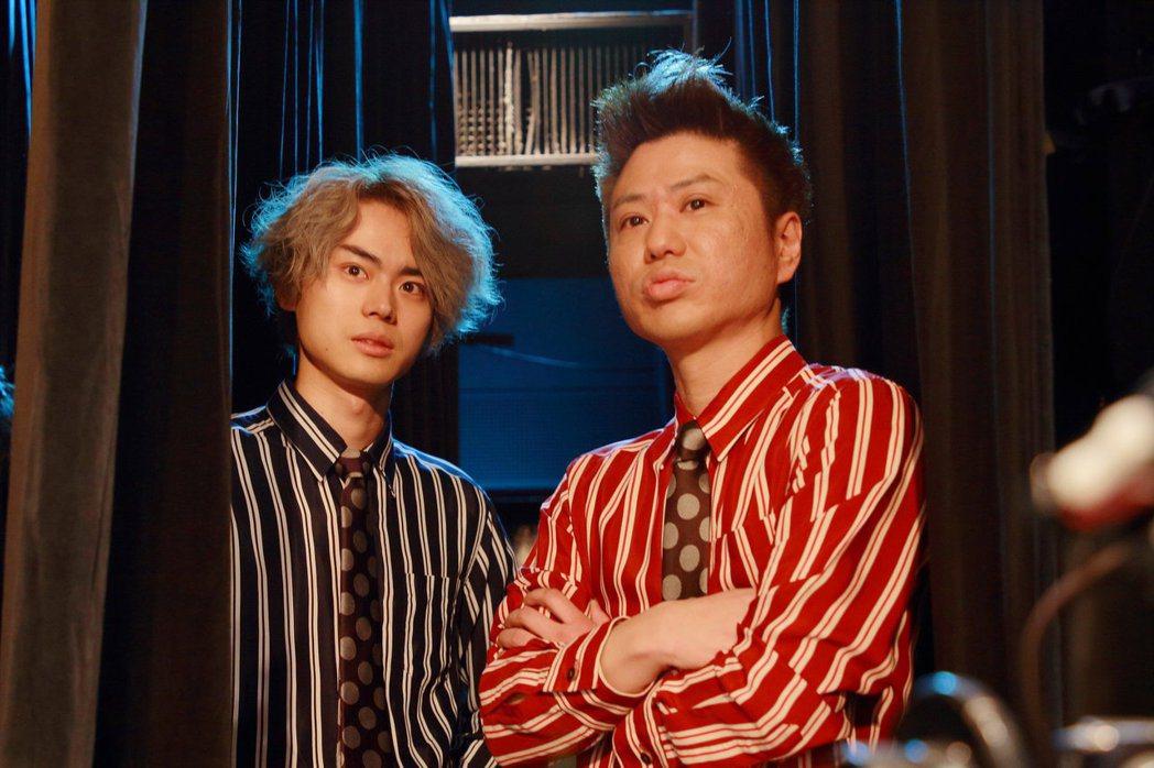 菅田將暉(左)在「火花」中與搞笑團體「2把手槍」的川谷修士(右)飾演力爭上游的諧