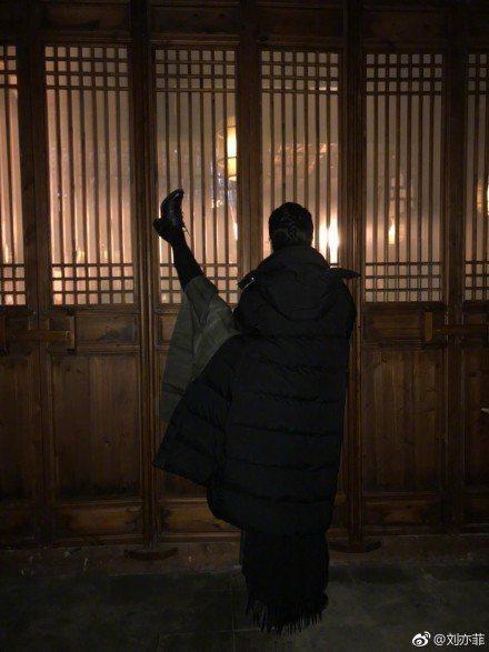 劉亦菲大秀「空中一字馬」。圖/摘自微博
