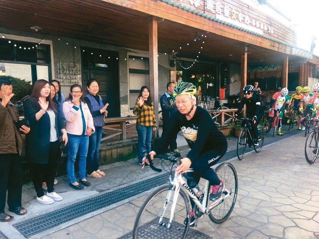日本婦人叶佐枝子(前者)在花蓮強震後送暖,昨一早騎車到七星潭,關心地震狀況。 圖...
