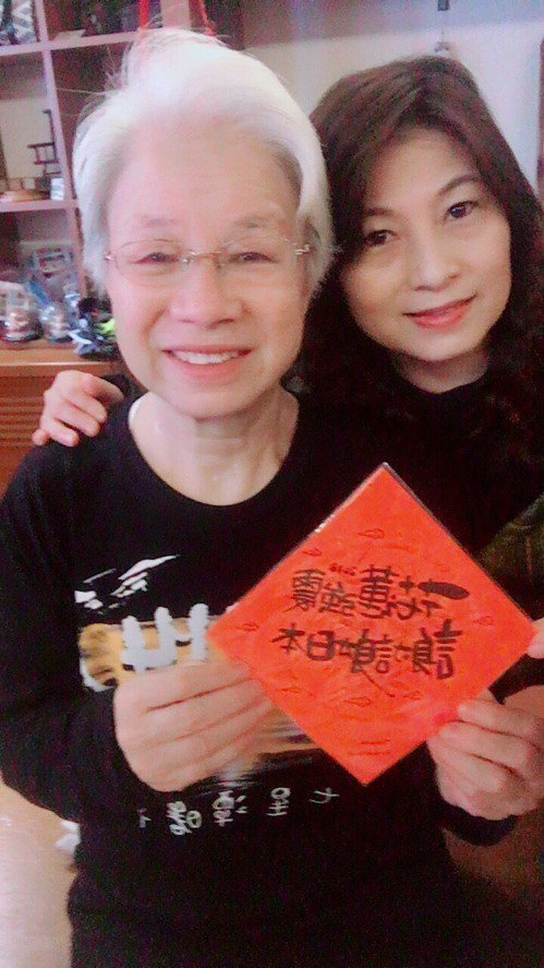 日本婆婆叶佐枝子(左)帶著日本募款及蒐集祝福簽名布條,親自送給地震受災戶。 圖/...