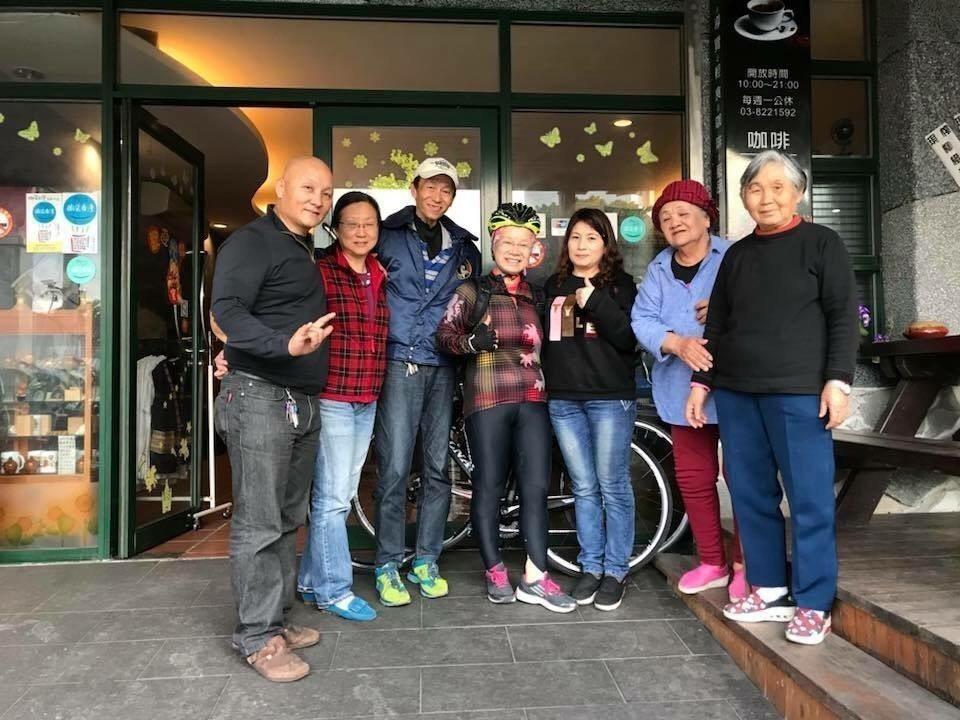 日本婆婆叶佐枝子(中)昨天在車友的陪伴下,騎車到七星潭的七星客棧,關切台灣好友的...