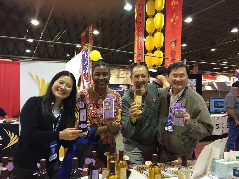凃淑靜(左一)常到國外行銷台灣苦茶油。圖/梅山茶油生產合作社提供