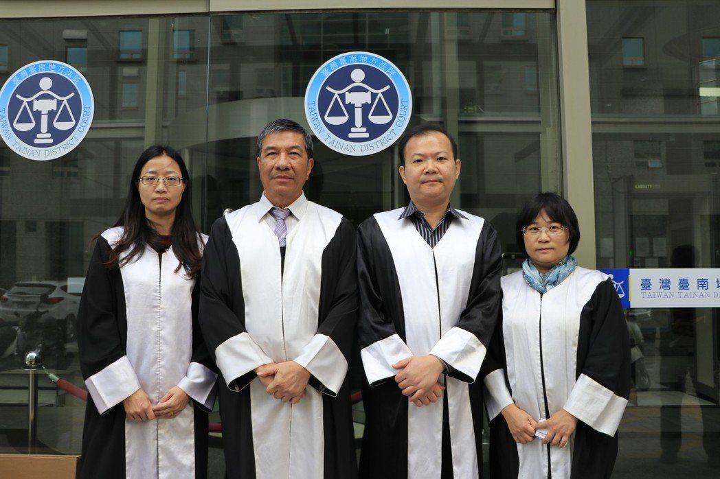 律師袍分白分明,穿上它就像正義使者。台南市男子洪當興去年開車撞死妻子與律師,台南...