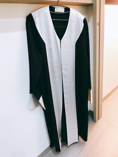 律師的法袍為鑲白色。 圖/律師陳澤嘉提供
