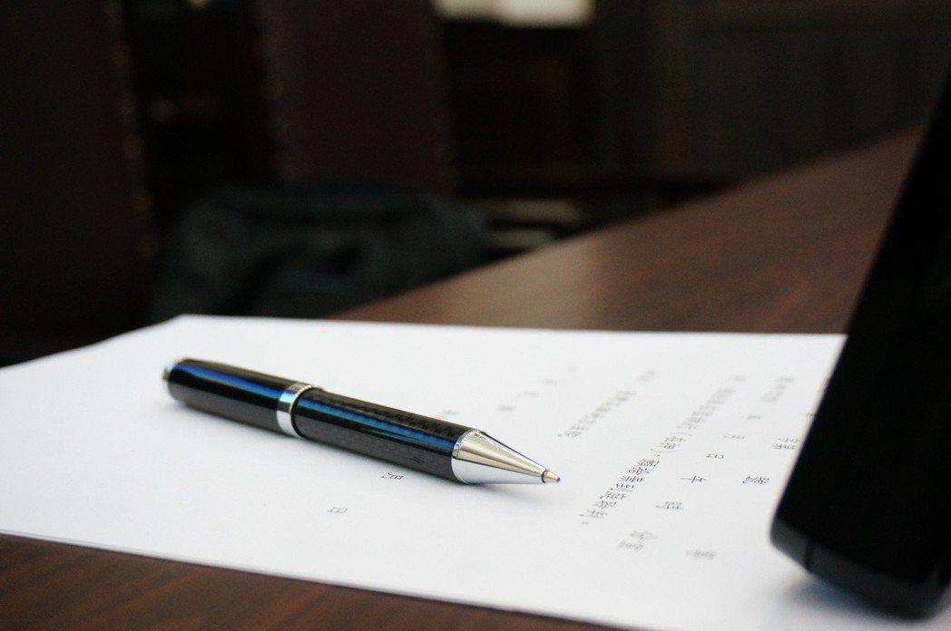 律師為刑事案件出庭,會避免桌上放筆等尖銳物,避免當事人情緒不穩拿來傷人。 記者林...