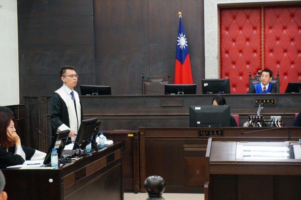 法庭內被告與辯護律師的位置,在法官右手邊,圖為高雄地院辦國民參審模擬法庭。 記者...