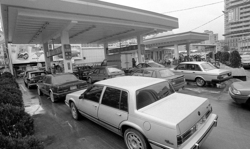 當年中東戰爭引發數次石油危機,許多民眾認為石油價格必然上漲,圖為1991年加油站...