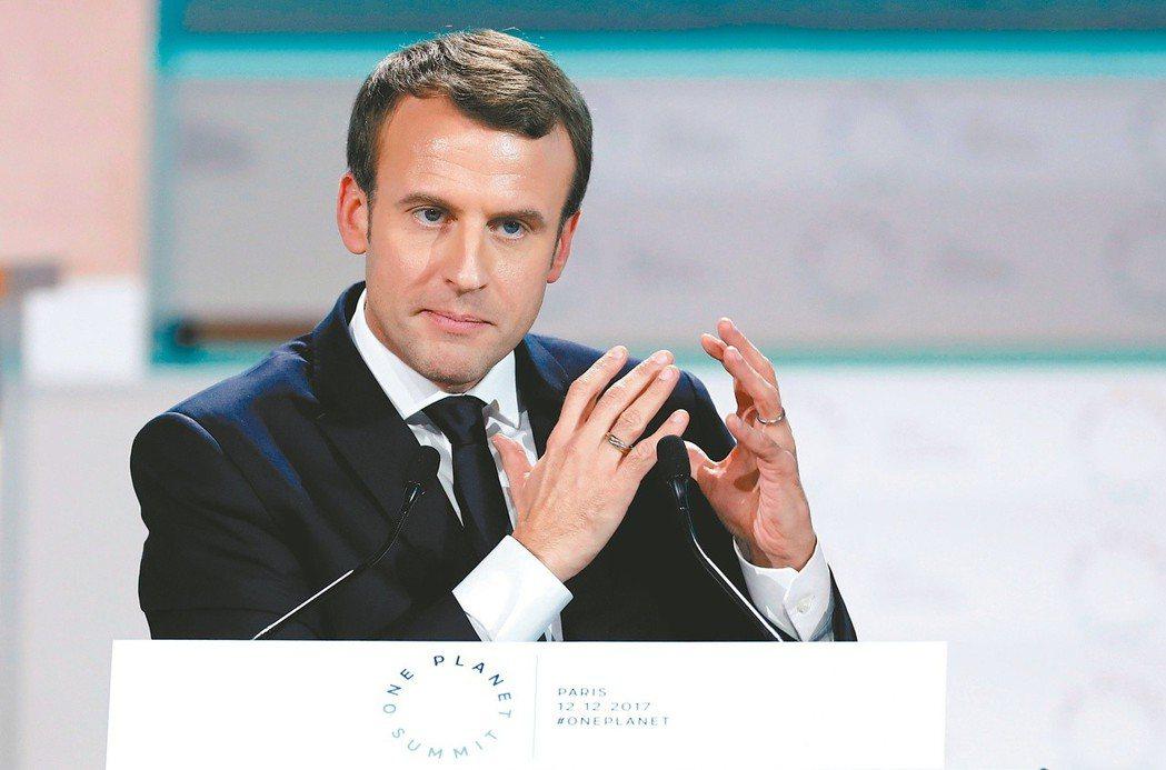 法國總統馬克宏今年9月將兌現競選政見,要求15歲以下學童到校全面禁帶手機。 圖/...