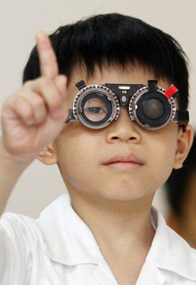 透過視力檢查能發現高度近視個案與高風險族群,早期追蹤治療。 圖/聯合報系資料照片