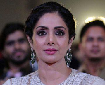 印度寶萊塢著名女星詩麗黛瑋(Sridevi Kapoor)24日在杜拜猝逝,享年54歲;杜拜警方今天表示,詩麗黛瑋死因是在飯店房間浴缸意外溺斃。「印度時報」(Times of India)網站今天下...