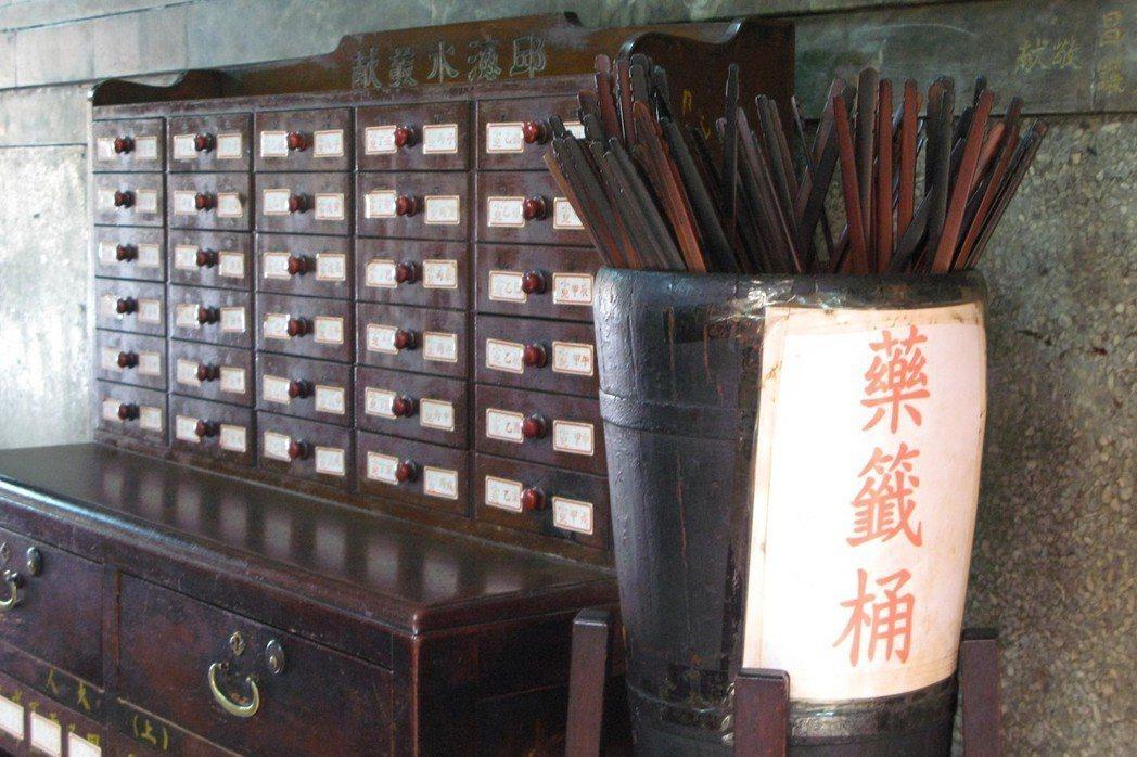 日治時期,民俗療法與宗教醫療被視為迷信、落後的象徵。圖為台南祀典興濟宮的藥籤。 ...