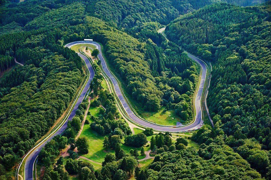 紐柏林賽道的地形對車輛來說也是一種挑戰。 摘自nuerburgring.de